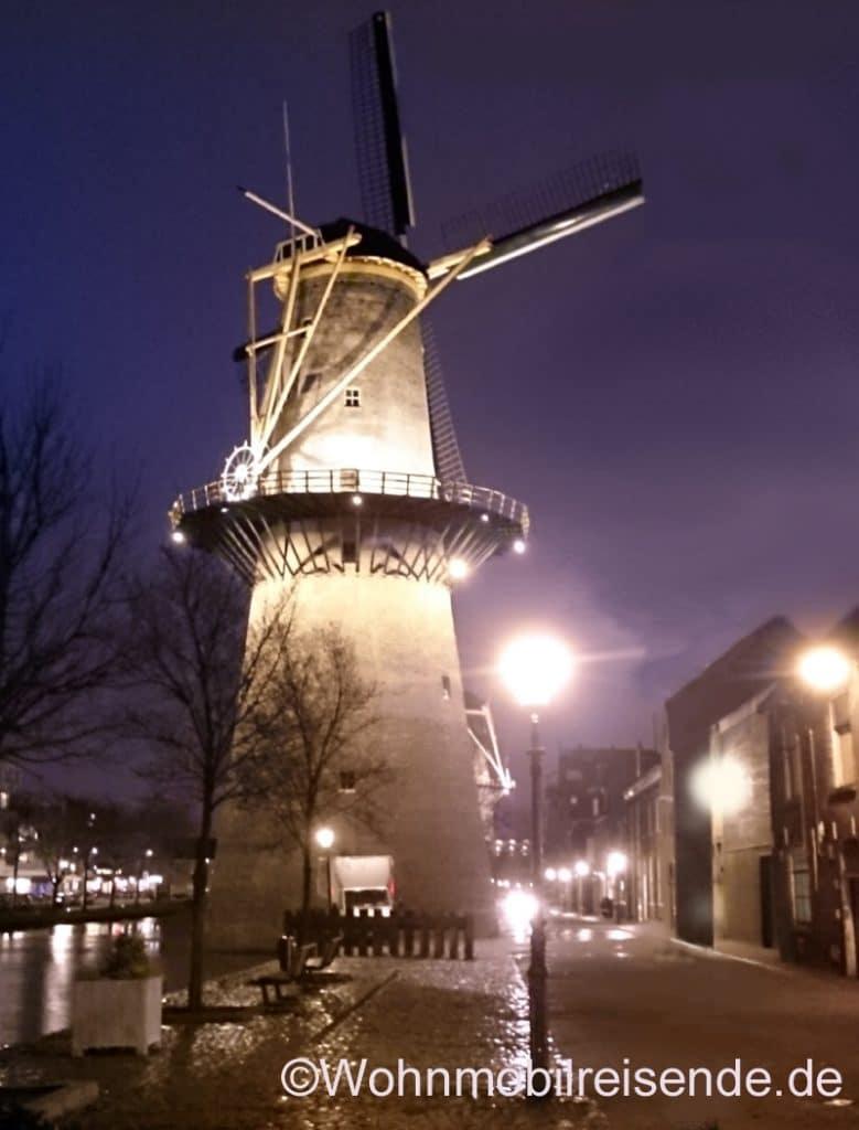 Stellplatz für einen Rotterdam-Besuch bei Nacht